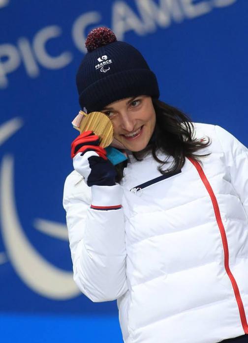 Marie Bochet skieuse handisport sur le podium des jeux olympiques