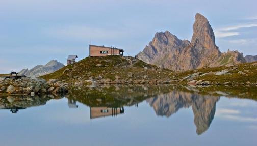Vue sur le lac de Presset et la Pierra Menta dans le Beaufortain