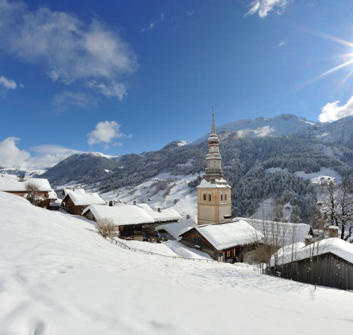 Le village d'Hauteluce en hiver, massif du Beaufortain, Savoie