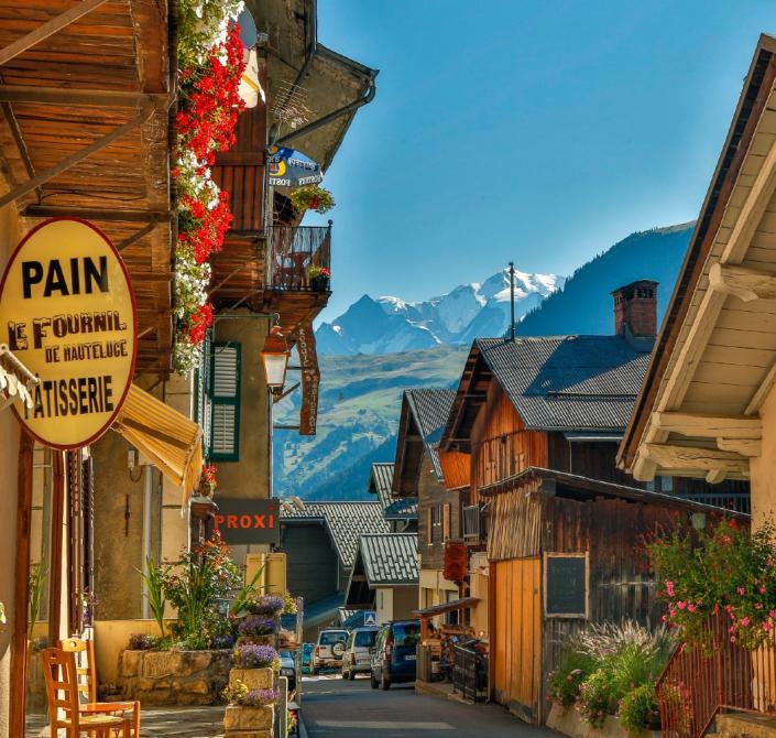 Rue principale du village d'Hauteluce dans le massif du Beaufortain en Savoie