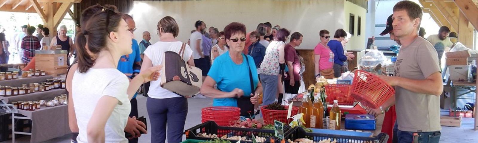 Vendeur de fruits et légumes sur le marché de producteurs