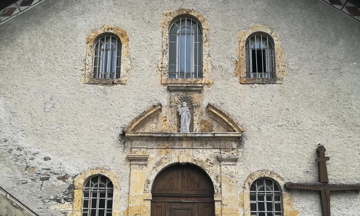 Parvis de l'église St Pierre à Villard-sur-Doron