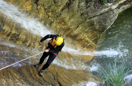 Descente en rappel de rivière en cascade