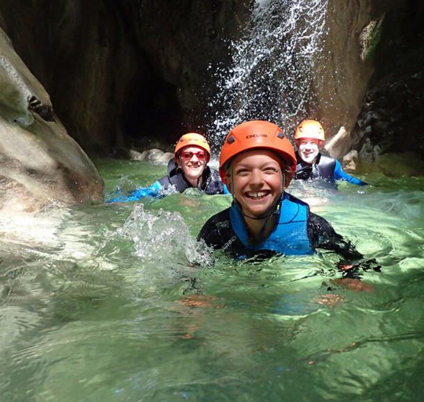 famille en canyoning dans l'eau