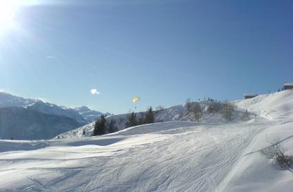 Compétition de parapente skis aux pieds