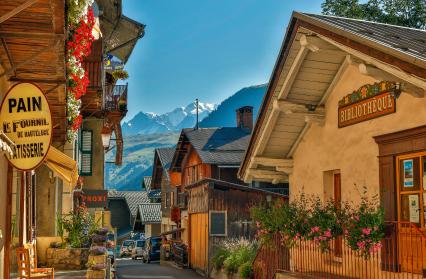 La rue principale du village, ses commerces et sa vue sur le Mont-Blanc