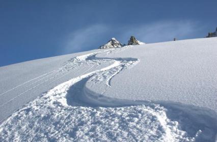 Belle traces dans la poudreuse du massif du Mont-Blanc