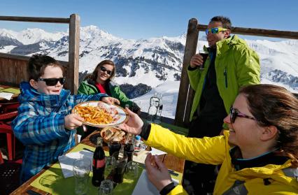 Repas en famille dans un restaurant d'altitude